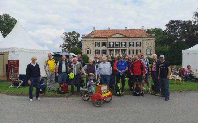 Reserve-Radler vor Schloß Harkotte